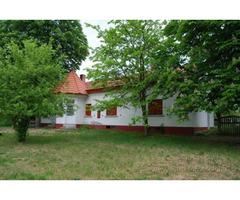 Jagdschloss-Ferienhause in Ungarn. Nicht weit von der Dorfgrenze.