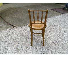 Geschnitzter Tisch mit 4 ähnlichen Stühlen